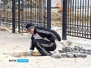 В центре Воронежа снимают совсем недавно уложенную брусчатку