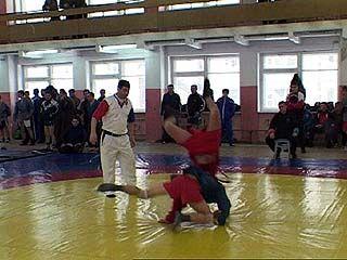 В Верхнем Мамоне определяли победителя юные самбисты области