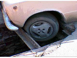 В Воронеже автомобиль провалился в люк для ливневых стоков