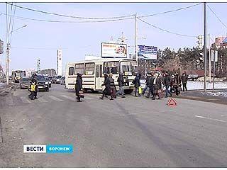 В Воронеже на пешеходном переходе на людей наехал рейсовый автобус