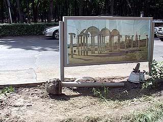 В Воронеже начали сносить рекламные ограждения на дорогах