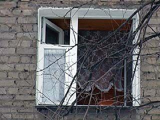 В Воронеже ребёнок выпал из окна пятого этажа и остался жив