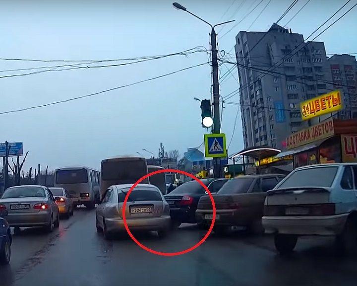 ВИДЕО: В Воронеже водитель протаранил Audi А4 и скрылся с места ДТП