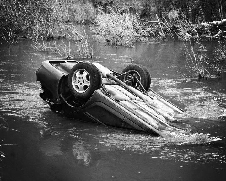 В Воронежской области ищут пассажира иномарки, которая затонула в пруду
