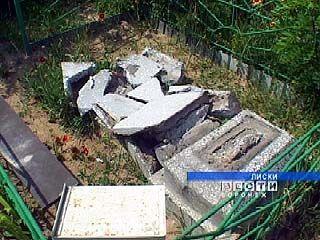 Вандалы разрушили несколько могил на Лискинском кладбище