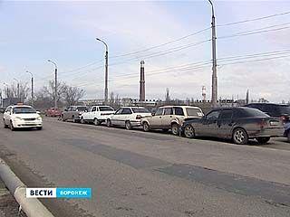 Виадук на Остужева превратился в пробку из-за длинного ДТП