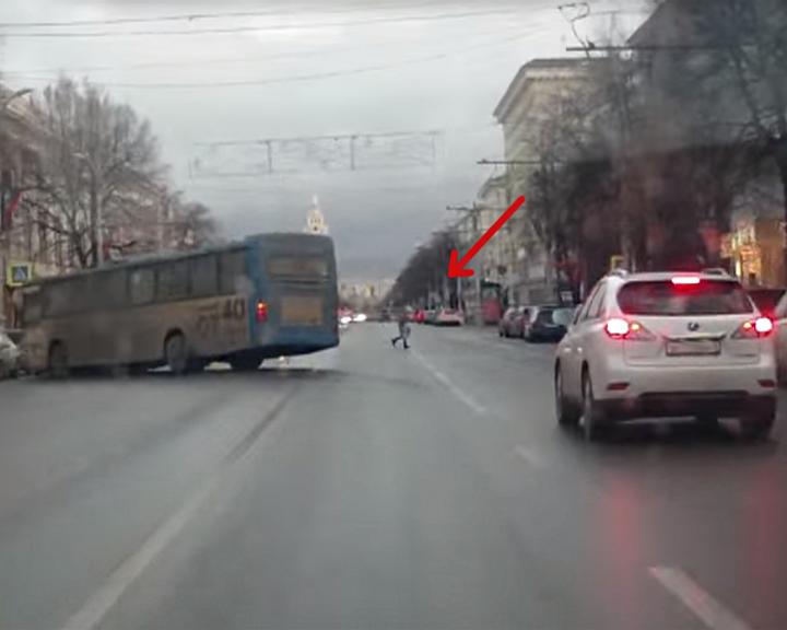 ВИДЕО. Крупное ДТП в центре Воронежа: водитель автобуса испугался пешехода