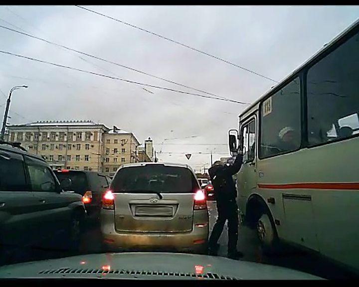 ВИДЕО: В Воронеже автомобилист с пистолетом напал на водителя автобуса