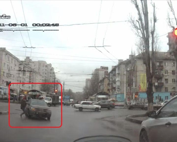 ВИДЕО: В Воронеже пешеход чуть не взял «на абордаж» внедорожник