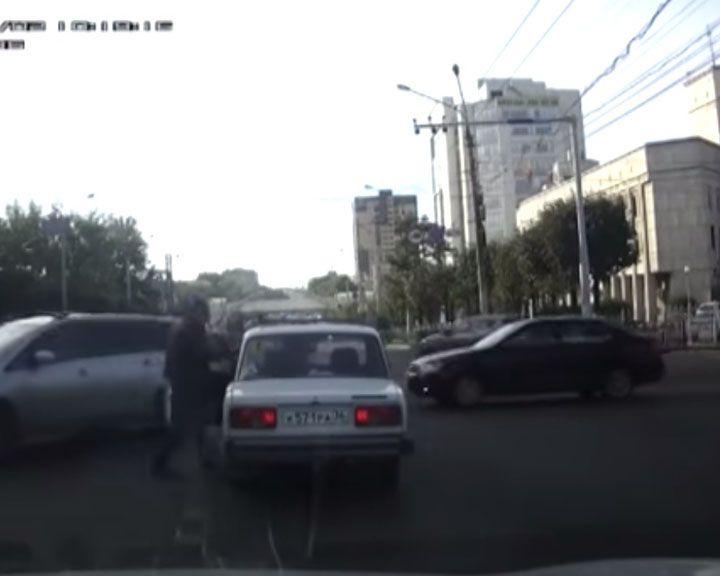 Видео: в Воронеже водитель стал бить женщину, которая замешкалась на перекрестке