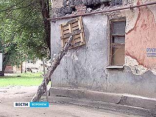 Вместо ремонта коммунальщики подпирают стены общежития бревном