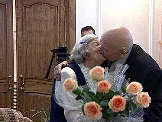 Во Дворце бракосочетания чествовали изумрудных и бриллиантовых юбиляров