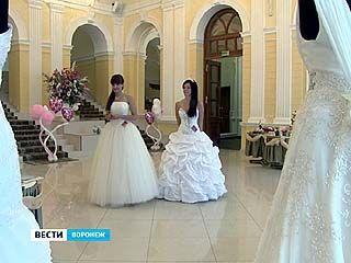Во Дворце бракосочетания открылась выставка свадебных нарядов