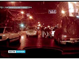 Водители стали свидетелями потасовки молодых людей с пассажирами автомобиля