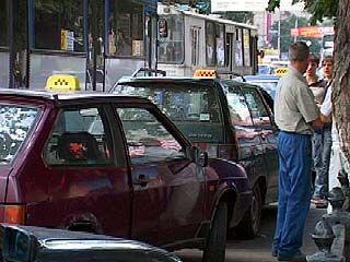 Водители такси паркуют автомобили прямо на остановках