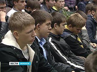 Воронежских призывников познакомили с армейскими буднями