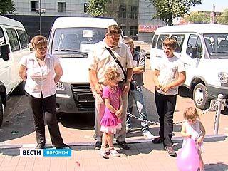 Воронежским многодетным родителям вручили новенькие автомобили