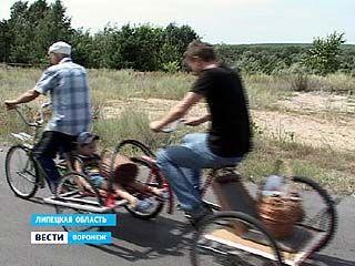 Воронежский пенсионер при помощи подручных материалов смастерил велопоезд