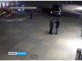 Воронежский полицейский вместе с другом чуть не заехали в кинотеатр на внедорожнике