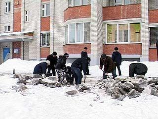 Воронежцы, не дождавшись помощи от ТСЖ, взялись за лопаты