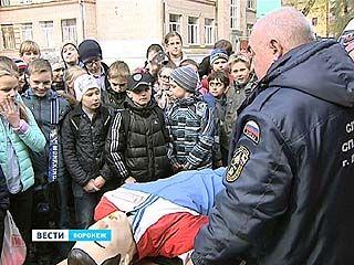 Встречи школьников и спасателей прошли в нескольких школах Центрального района