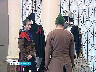 Выставка средневековой одежды продлилась два часа