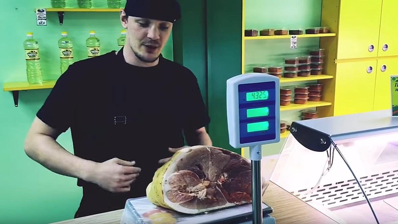 Мясник из Воронежской области показал способ обмана покупателей на электронных весах