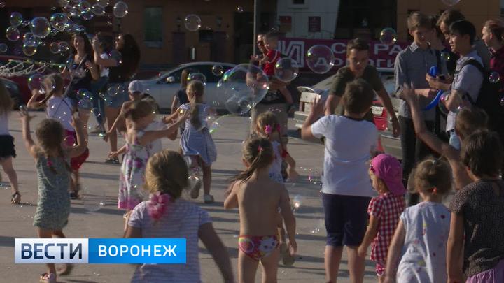 В Воронеже тысячи мыльных пузырей запустили в поддержку онкобольных малышей