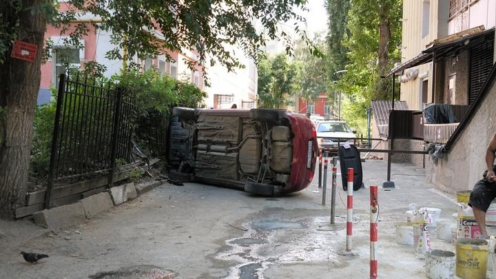 В центре Воронежа рядом с детской площадкой перевернулась иномарка