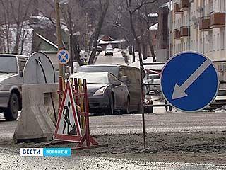 Яма на Манежной теперь окружена оградой и знаками объезда