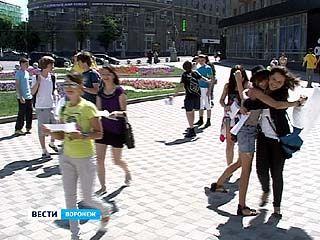Юные воронежцы устроили День объятий в центре города