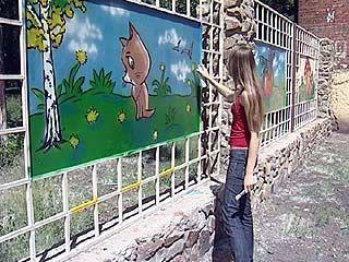 Забор Воронежского зоосада украсили сказочные герои