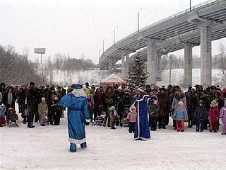 Зажглась главная елка Железнодорожного района
