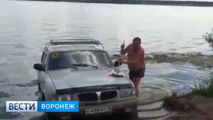 Чистоплотный автохам. Воронежцев возмутил водитель, моющий машину в реке