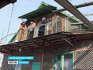 Житель Калачеевского района построил забор, дом и гараж из стеклянных бутылок