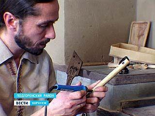 Житель села Белогорье изготавливает бубны по заказу воронежского хора
