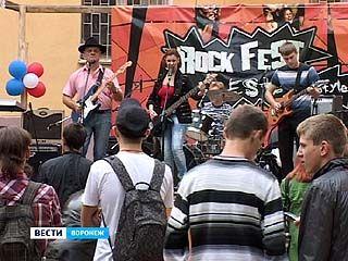 Жители многоэтажек по соседству с ВГЛТА смогли послушать воронежских рокеров