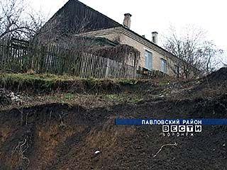 Жители Павловкого района борются со стихией