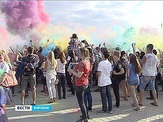 Жизнь воронежцев наполнили красками - прямо на Адмиралтейской площади