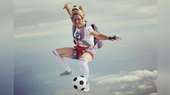 В сети появились фото футбольного прыжка воронежской парашютистки в честь ЧМ-2018