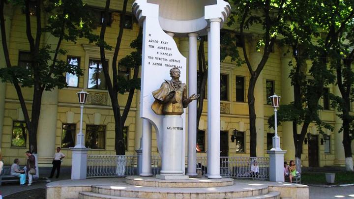 6 июня 1999 года. В Воронеже установлен памятник Пушкину