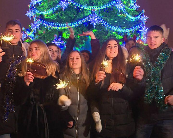 ВИДЕО: Скандальная воронежская ёлка попала в клип группы «Ленинград»