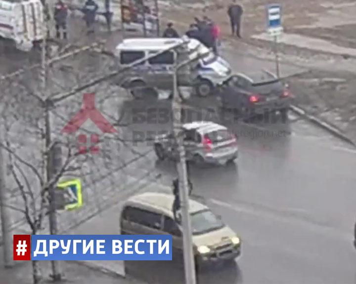 Мужчина с головой ушёл под землю на остановке общественного транспорта в Ярославле