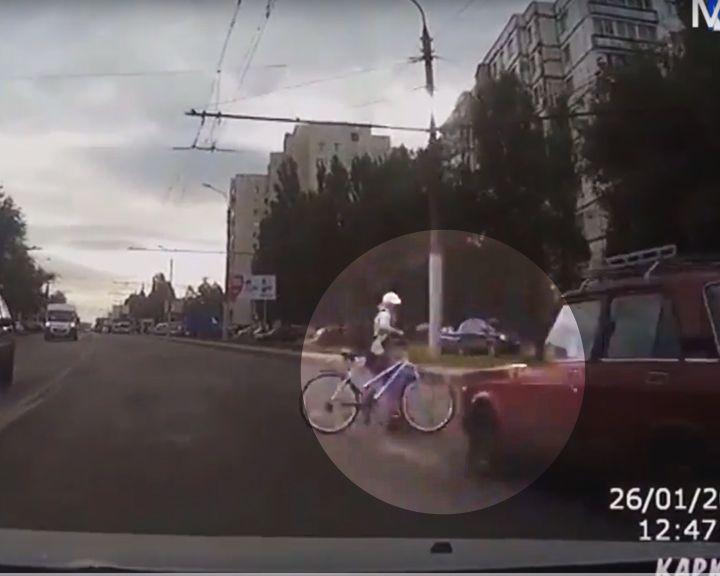 Полицейский сбил велосипедистку напереходе вВоронеже