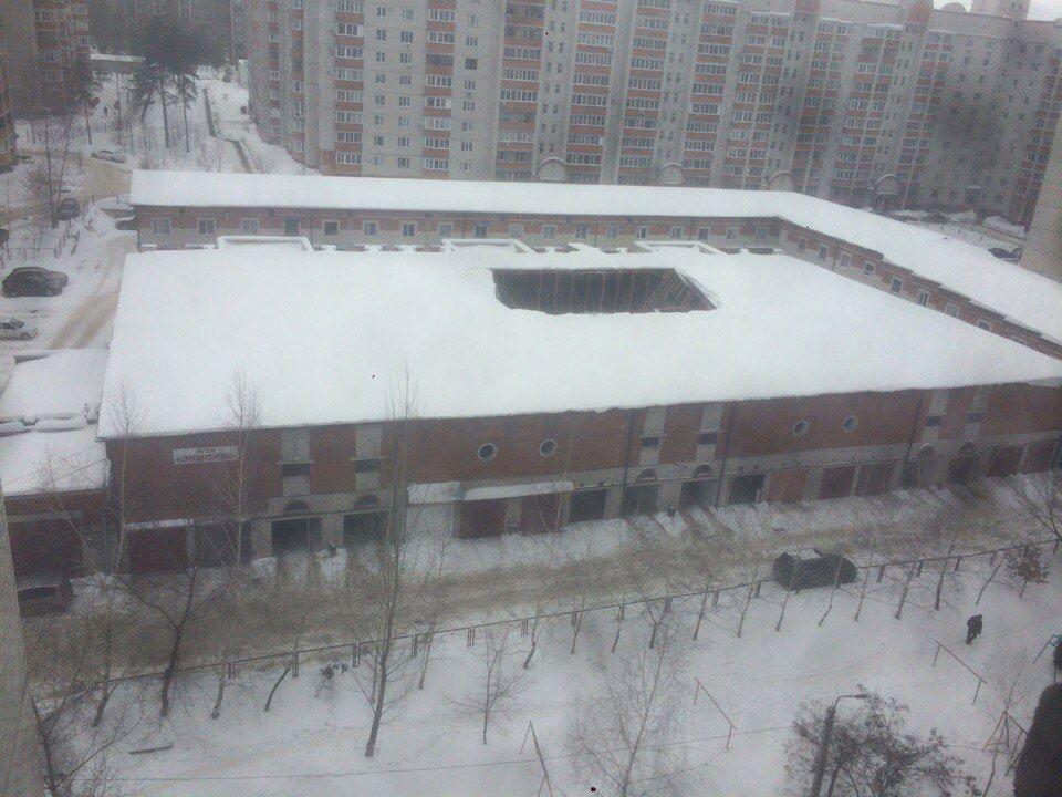 ВВоронеже обрушилась крыша гаражного кооператива «Экипаж»