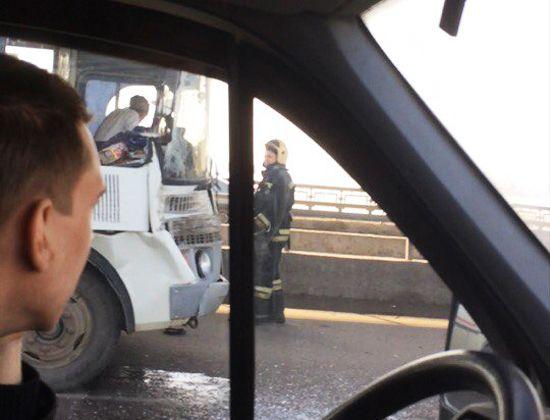 ВДТП сПАЗиком иКамАЗом наСеверном мосту пострадали два пассажира