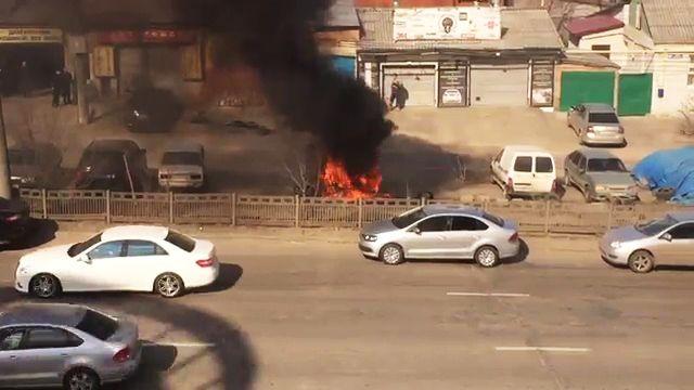 Иностранная машина Киа, полыхающая вцентре Воронежа, угодила навидео