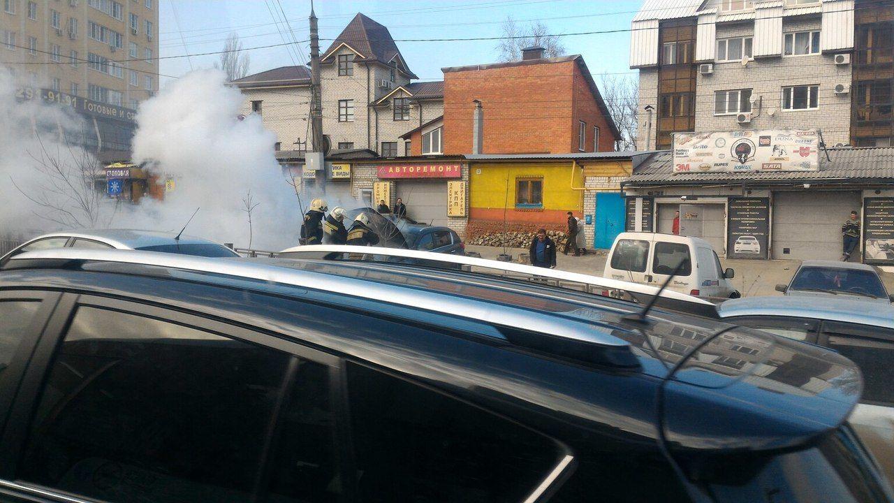 Полыхающая вцентре Воронежа иностранная машина угодила навидео