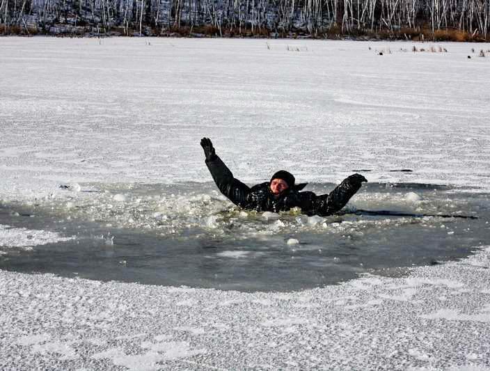 Воронежцы спасли провалившегося под лед рыбака