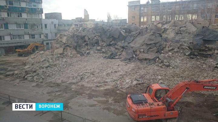 ВВоронеже стена аварийного дома обрушилась набизнес-центр